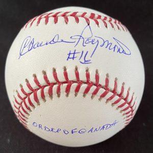 Balle de baseball officielle Rob Manfred signée par Claude Raymond avec 3 inscriptions.